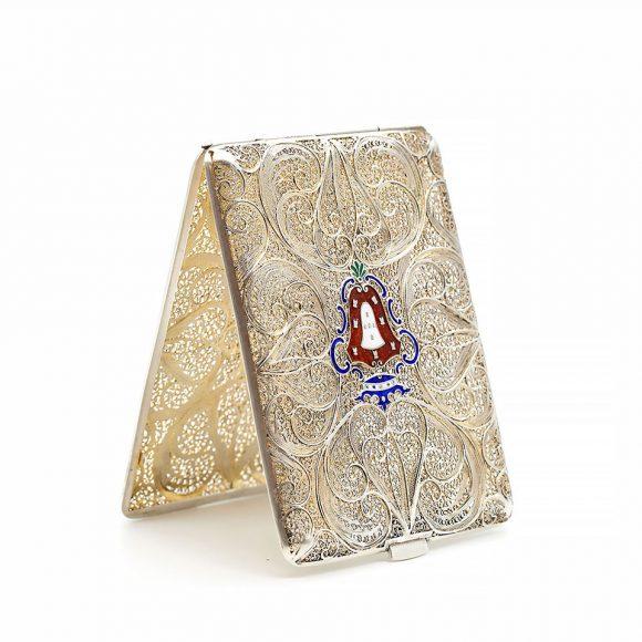 Tabacheră din argint filigran, cu blazon din email