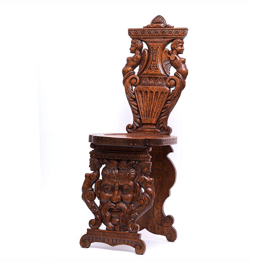 Sgabello din lemn sculptat, cu personaje fantastice